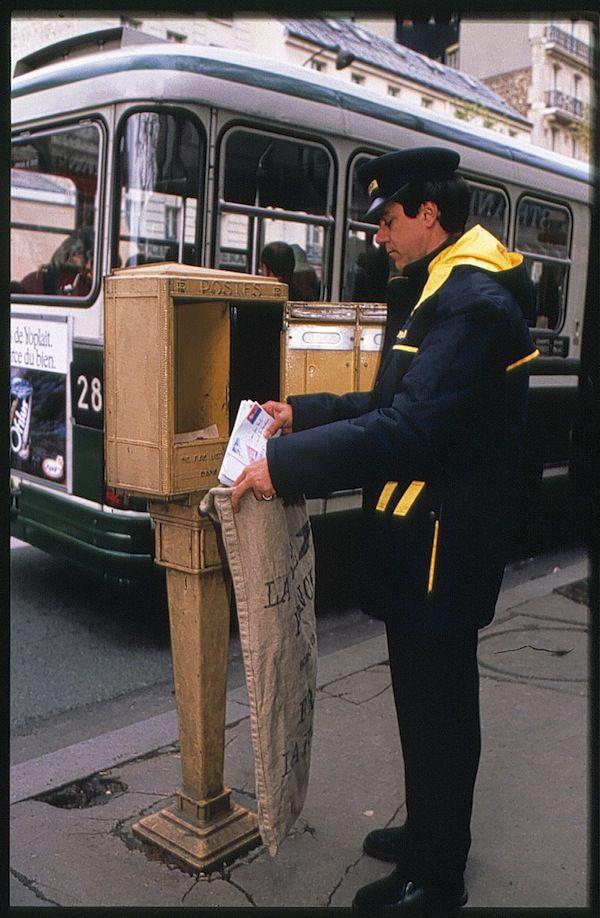 Annees 1980 Relevage Des Boites Aux Lettres Parisiennes C L Adresse Musee De La Poste La Poste Dr La Poste Boite Aux Lettres Les Jours Heureux