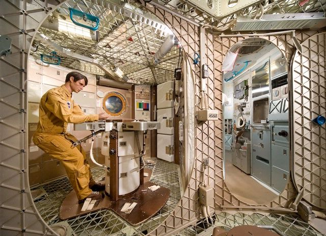 space shuttle living quarters - photo #4