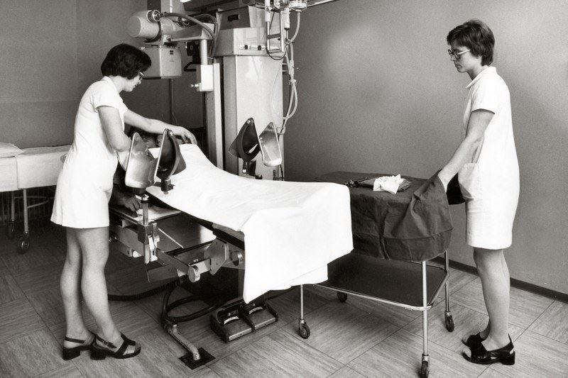 #ThrowbackThursday 3 maart 2016: De voorbereiding van een radiologisch onderzoek in het toenmalige St. Barbara ziekenhuis in Geleen. Wie herkent de personen en weet welk jaartal?