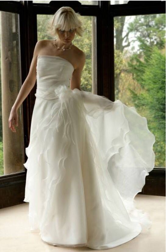 Contemporary style for a modern bride. Strapless ivory gown with train #strapless #couture #dress #wedding
