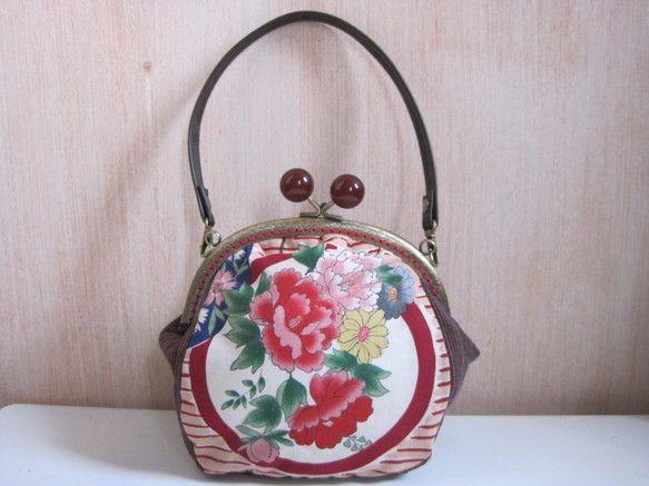 和柄と紬を組み合わせたがま口バッグです。和柄は大正ロマン風の素敵な柄です。紬は渋めのえんじ色の地に数色の糸が織り込まれています。内側には小さなポケットを一つ付...|ハンドメイド、手作り、手仕事品の通販・販売・購入ならCreema。
