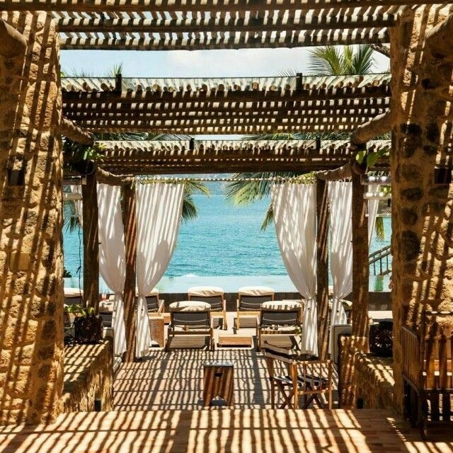 Piscina feita para o hotel @twguaimbe com borda infinita em frente ao mar da Ilhabela. Decoração por @suzanaschermann . Cadeiras da @casualmoveis  #hanazaki #alexhanazaki #byhanazaki #countryhouse #pool #moderngarden #contemporarygarden #paisagismo #landscape #olhomágicocj @alexhanazaki