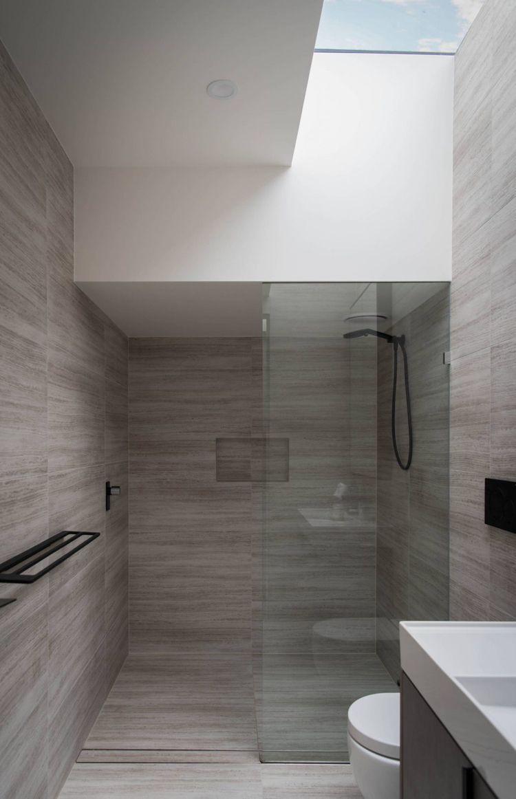Badezimmer Oberlicht Begehrbare Dusche Glaswand Fliesen Steinoptik Grau