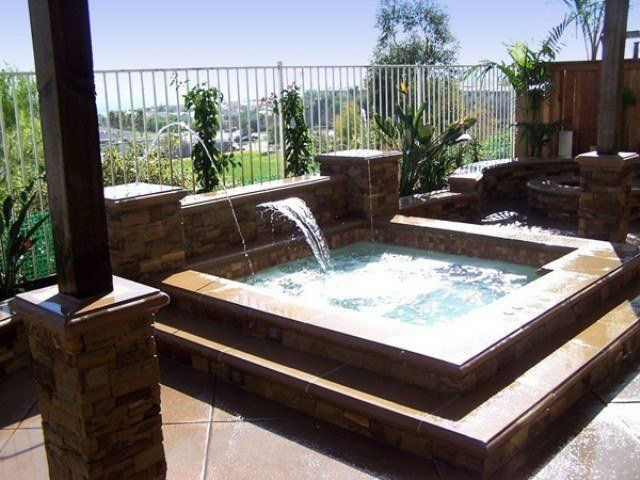 jacuzzi ext rieur en bois ou pierre en 34 id es pour le jardin jacuzzi ext rieur carr s et. Black Bedroom Furniture Sets. Home Design Ideas
