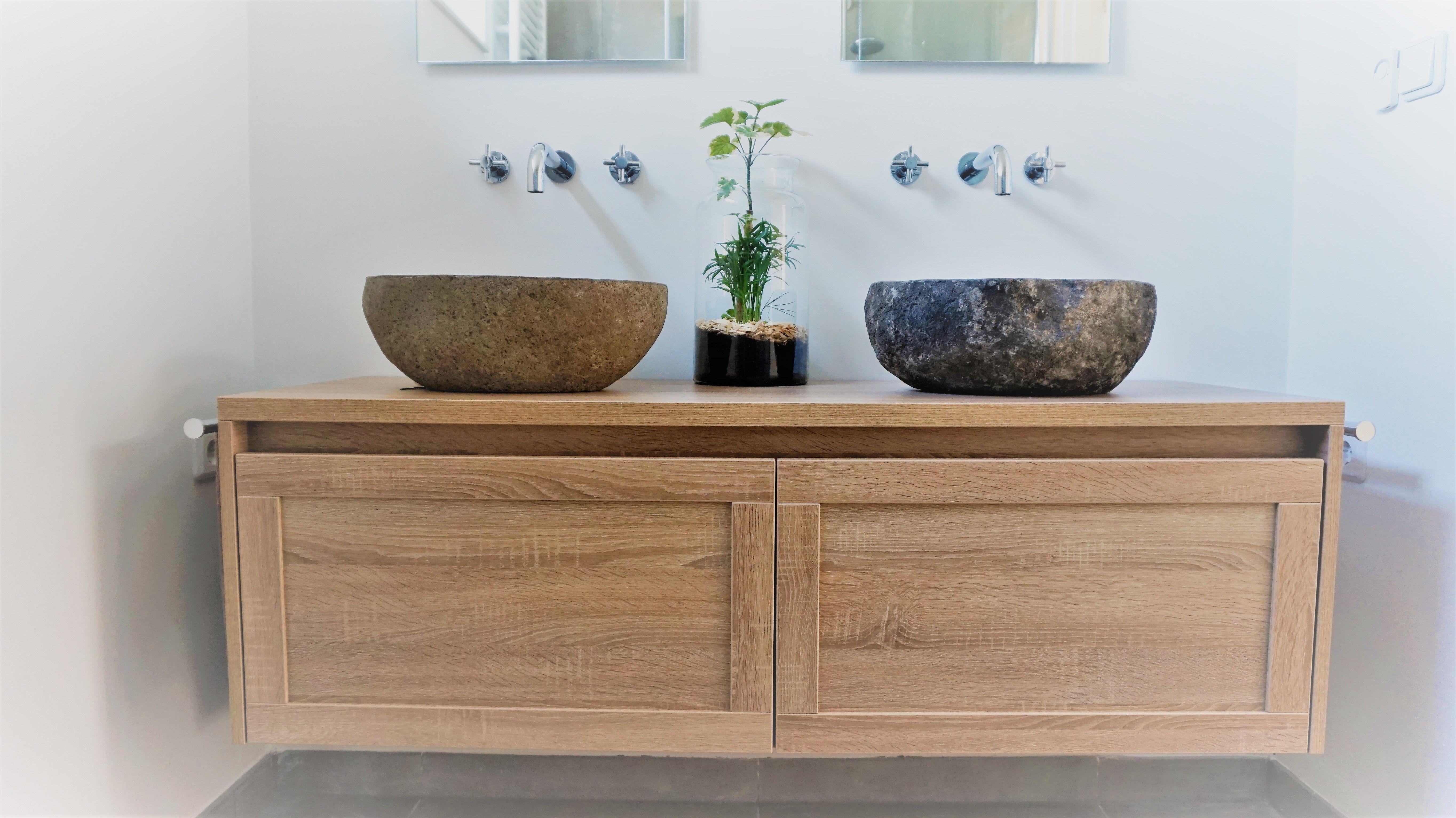 Een moderne gestucte badkamer met betonlook tegels en eiken