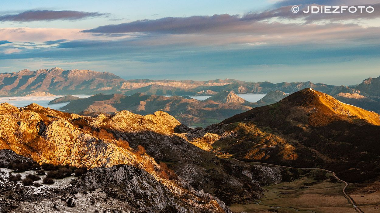 Mar De Nubes En Los Picos De Europa Asturias Picosdeeuropa Lagoscovadonga Paisaje Fotografia Amanecer Picos De Europa Paisaje De Montaña Nubes