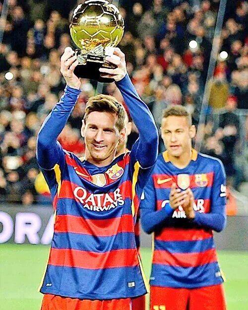 Qué foto! Messi ofrece su Balón de Oro al Camp Nou. Neymar ... d7b623859ef5b