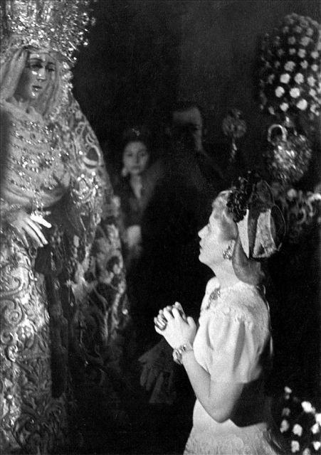 Evita praying