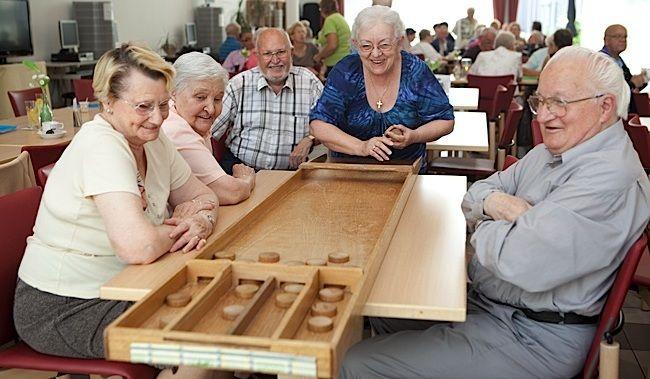 Beroemd sjoelbak sjoelen | elder life - Elderly activities, Senior @JJ31