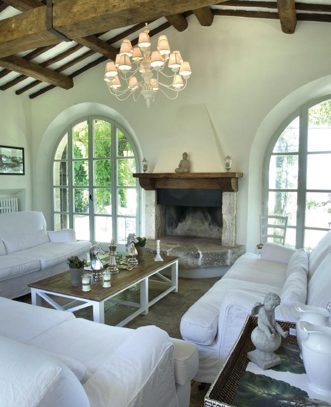 Salotto con caminetto e vetrate nel 2019 abitazioni for Soggiorno elegante