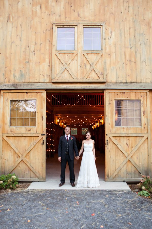 Wanting The Casual Charm And Rustic Warmth Of Their Hudson Valley Wedding Location Oak Hill Barn To Really Shine Sara Jonah Chose All Elemen