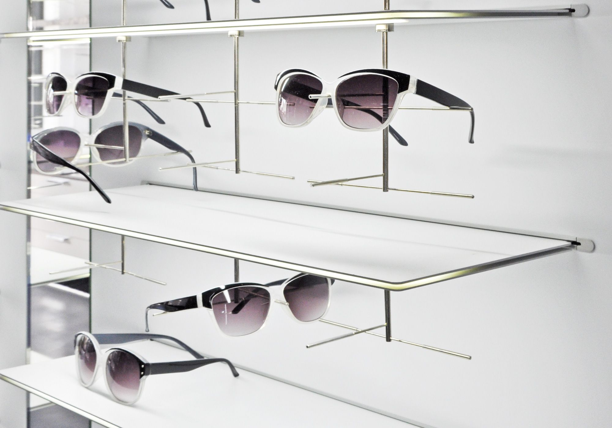 The Linear Led Shelves Have Elegant Design And Low Installation Height With Visible Light At The Front Edge They Also Have A Bui In 2020 Led Beleuchtung Led Acrylglas