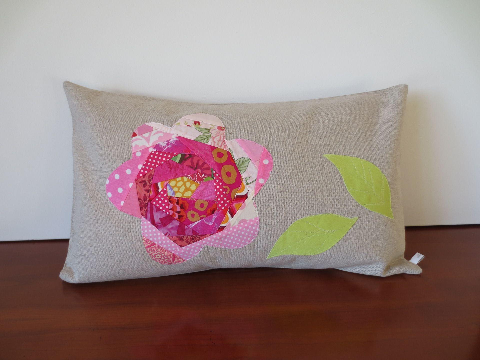 Housse de coussin patchwork Rose-rose fond lin naturel : Textiles et tapis par michka-feemainpassionnement