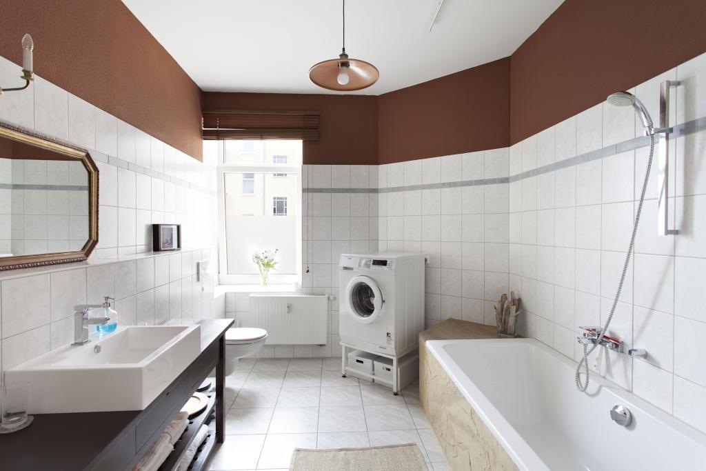 Großzügig geschnittenes Badezimmer mit Badewanne, Waschmaschine und ...