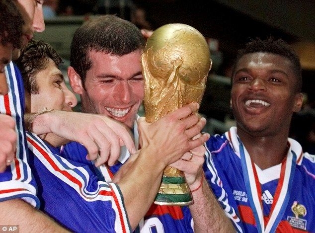 Vive La France Zidane Holds The World Cup After His Match Winning Display In The Stade De Football Transfers Football Worldcup Football