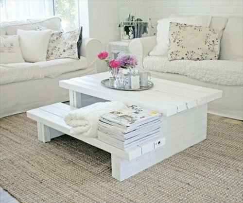 une table blanche fabriquée avec du bois dans un salon blanc ...