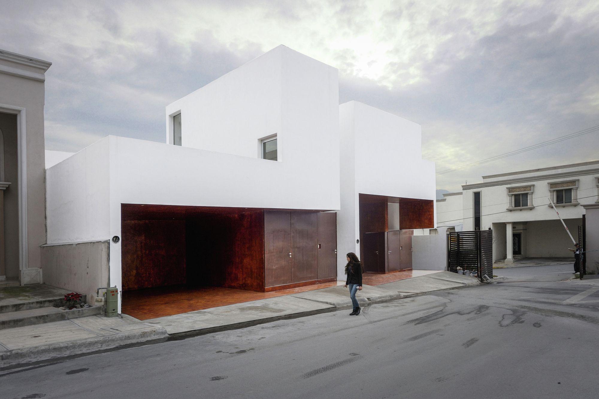 CS é a abreviação de Colinas del Sol, a rua onde um número de casas com fachadas e dimensões semelhantes, comquintais como fonte de luz e...