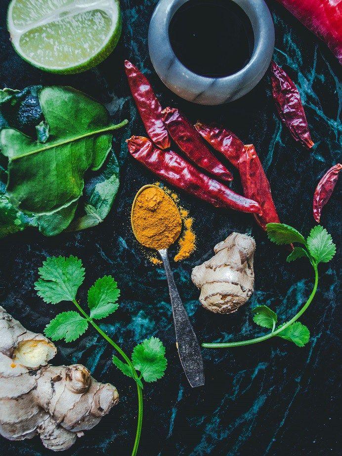 Mitä mausteita ja yrttejä yhdistellä keskenään - Kattava opas mausteisiin, yrtteihin ja maustekastikkeisiin – Viimeistä Murua Myöten