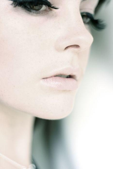 no blush. pale pout. dark lashes.