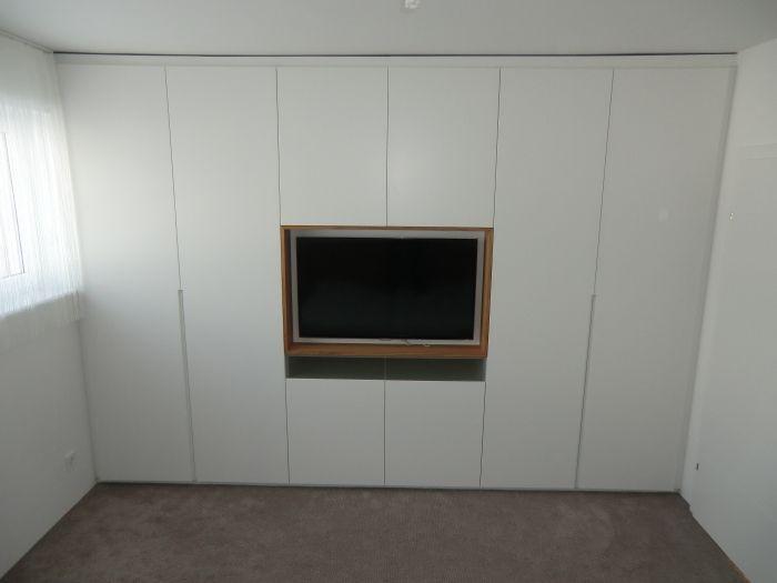 kleiderschrank in schleiflack ral 9016 mit grifffräsung - schlafzimmerschrank mit tv fach