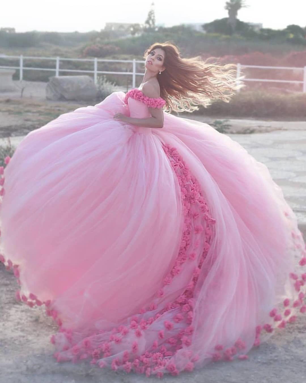 444e400a2 Chica con vestido para XV años de corte princesa color rosa con flores y tul