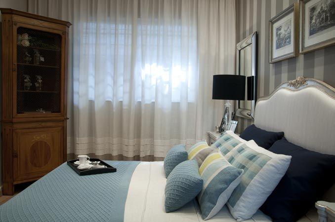 Quarto de casal com almofadas travesseiro, colcha, cortina sob ...