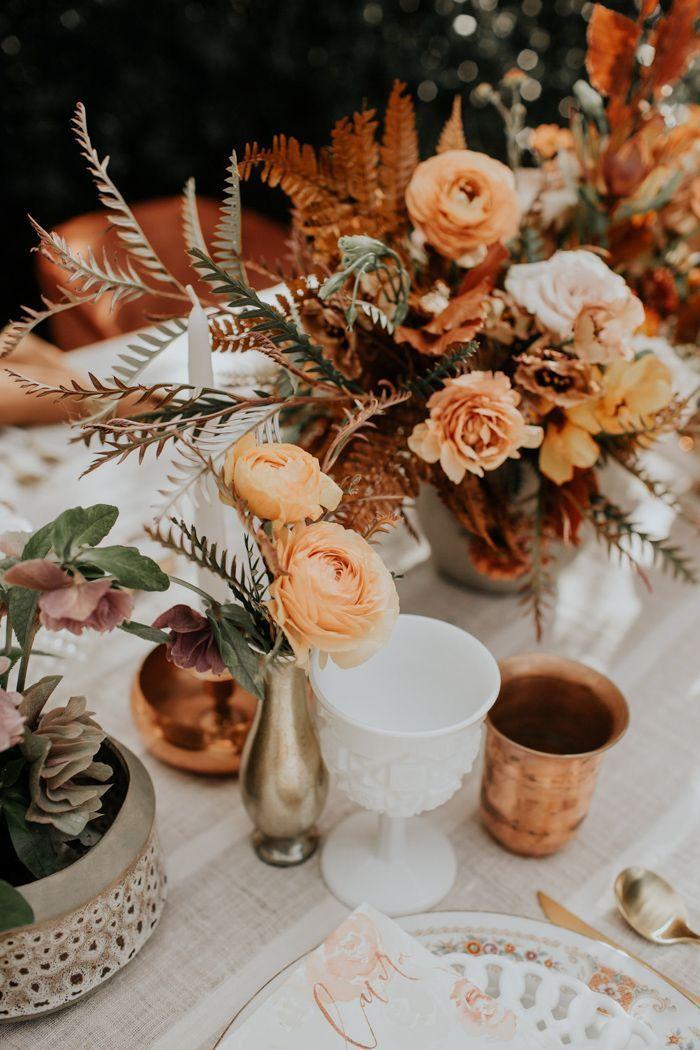 Wenn Sie die Trendfarbe Rost und Orange lieben, ist diese Retro-Wolfsfederhonigfarm-Hochzeitsinspiration genau das Richtige für Sie   – Wedding tables & tables decor
