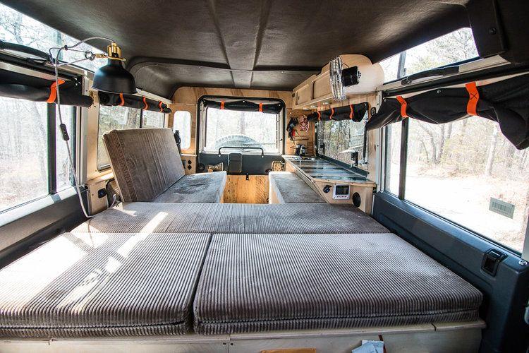 ausbau im land rover camper defender 110 mit sitz und liegefl che land rover camper ausbau. Black Bedroom Furniture Sets. Home Design Ideas