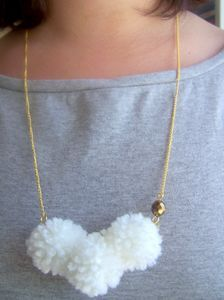 collier pompon nuages