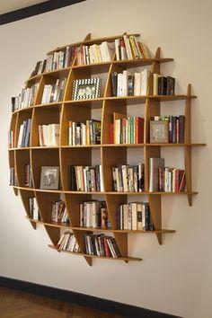 une bibliothèque en forme de bulle de quoi mettre en