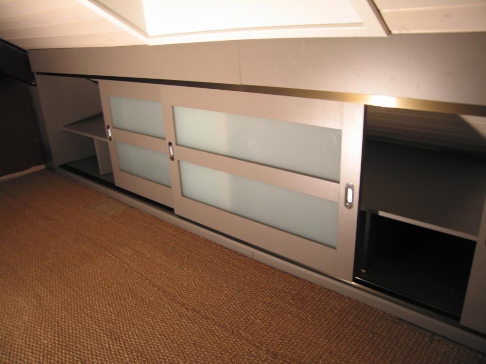 des rangements astucieux sous les combles avec portes. Black Bedroom Furniture Sets. Home Design Ideas