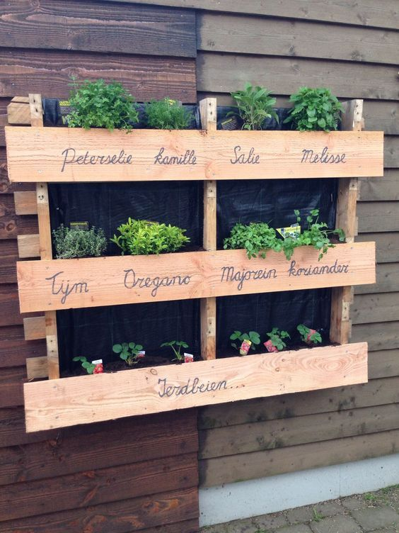 Comment faire une jardinière en palette   is part of Herb garden design, Pallets garden, Small vegetable gardens, Budget garden, Garden projects, Backyard diy projects - Découvrez dans ce nouveau tuto comment faire une jardinière en palette