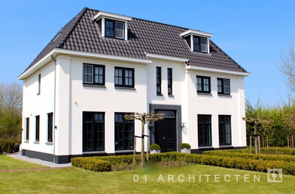 Statige klassieke witte villa met bouwlagen en een kap te almere