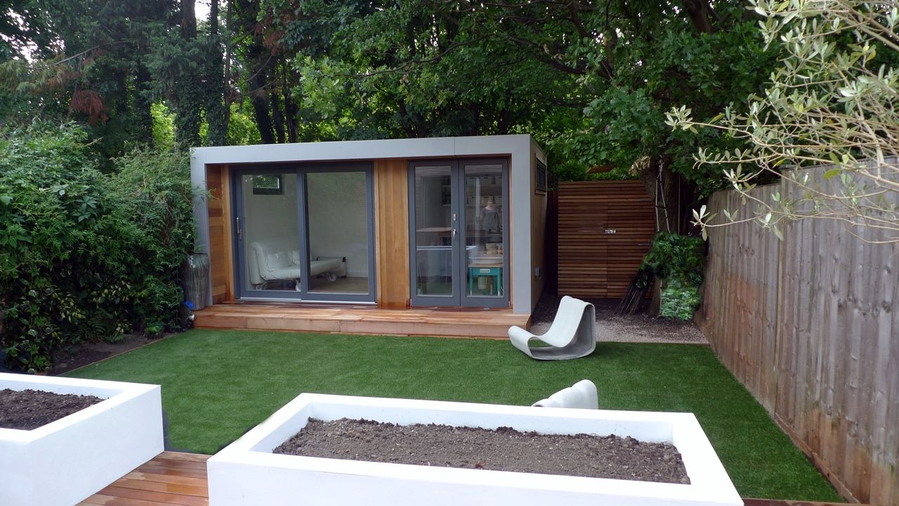 Modern london garden fake grass decking raised beds summer for Minimalist house london