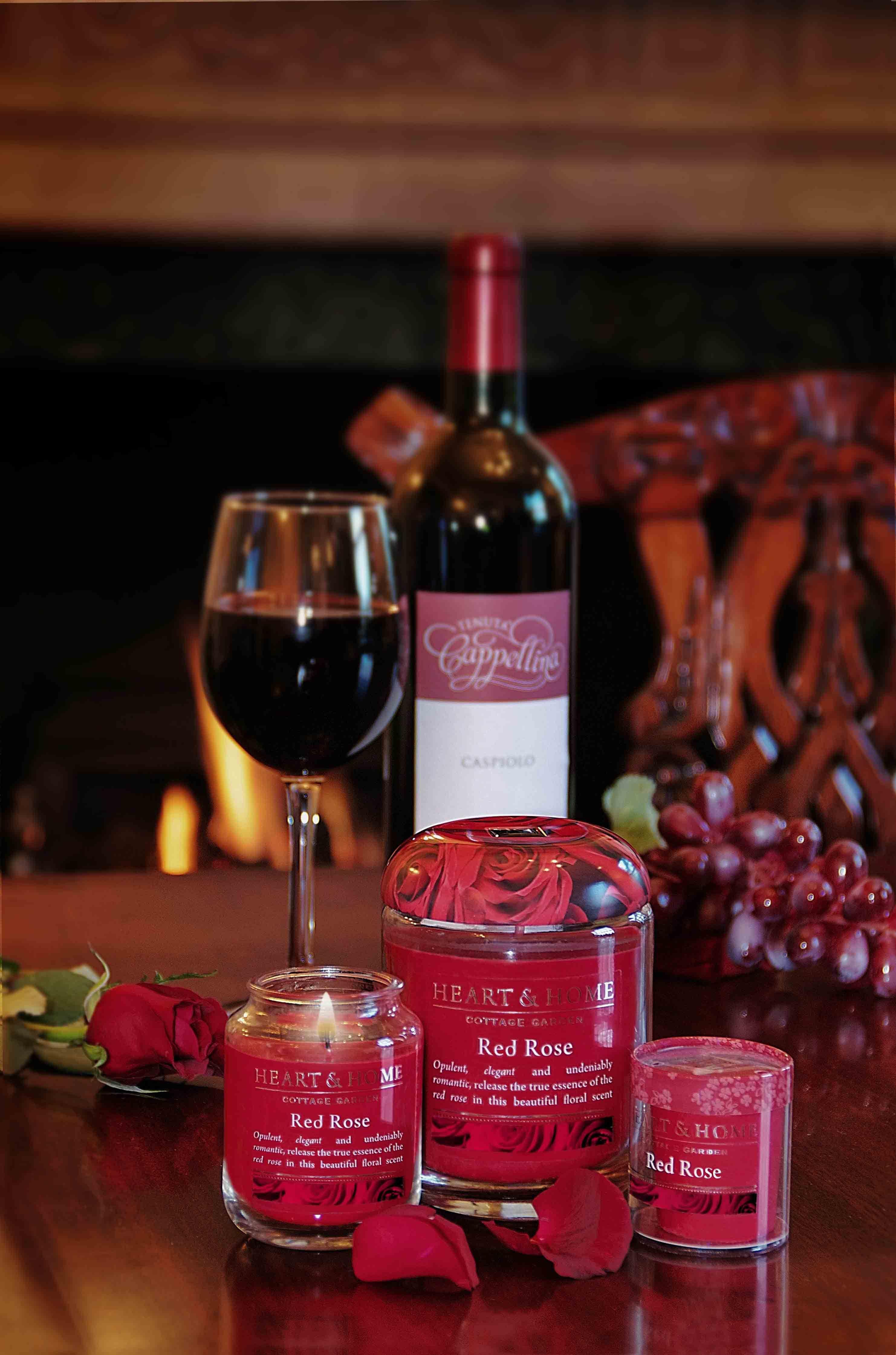 Rosa Rossa Elegante E Romantica Tutta L Essenza Della Rosa Rossa E Della Sua Bellissima Fragranza Sono Racchiusi Qui Seasonal Candles Red Roses Floral Scent