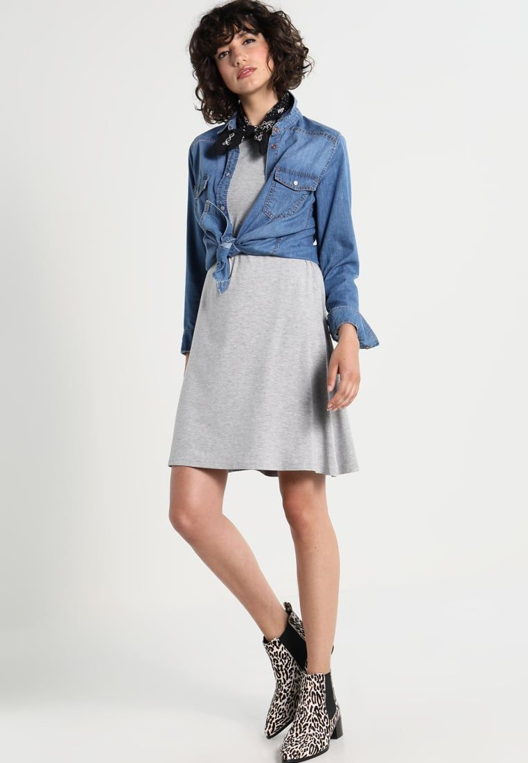 e4a1fe6bc ¡Consigue este tipo de vestido informal de Only ahora! Haz clic para ver los