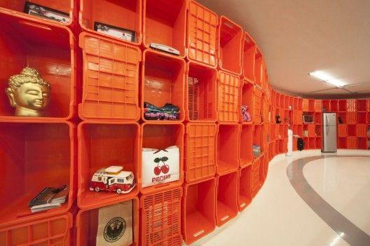 Great shelving made out of plastic crates © Yoshihiro Koitani