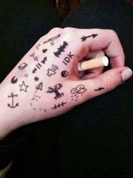 Good Boys Bad Boys Phan Chapter Fourteen Tatuajes De Sharpie Tatuajes Al Azar Tatuaje De Boligrafo