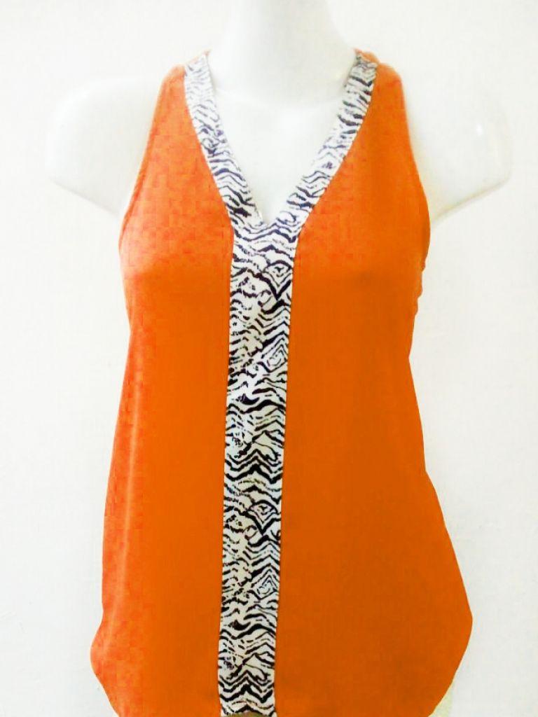 Rojo Apparel, Blusa naranja frente zebra, Blusa naranja tela rayón con detalle al frente y en cuello zebra navy y blanco