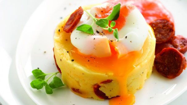 Pom-Pure met gepocheerd ei, chorizo en tomatencoulis