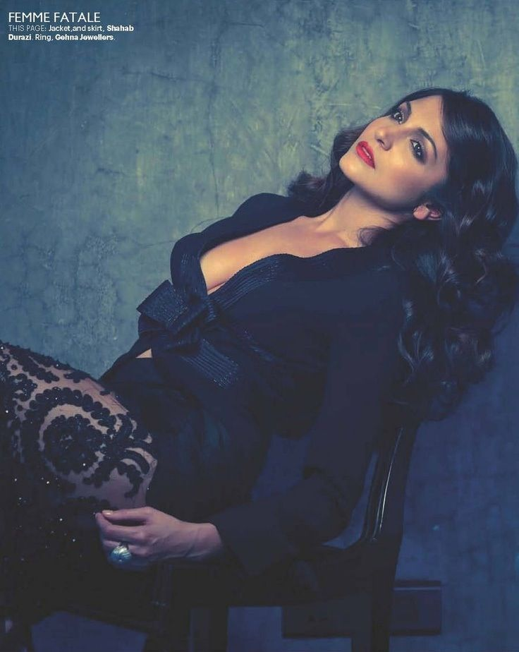 Pin by 𝐌𝑜𝑜𝑛𝐋𝑖𝑔ℎ𝑡 on Anushka Sharma | Bollywood girls