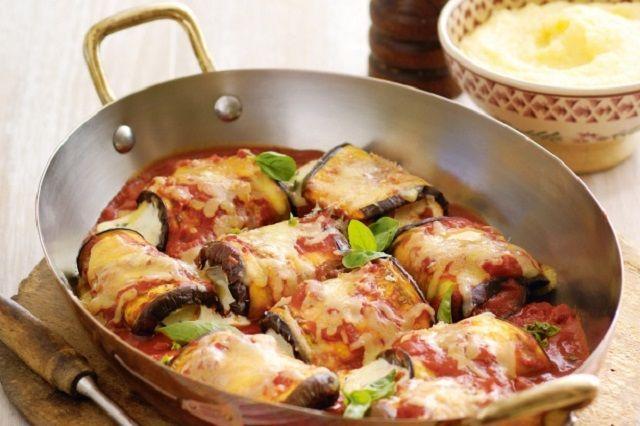 2 melanzane tonde, 1 scatola di polpa di pomodoro (400gr), 1 scalogno, 3 cucchiai di ricotta fresca, 1 cucchiaio di grana grattugiato, 1 mozzarella media tagliata a dadini, olio d'oliva, sale e pepe q.b., 2-3 foglie di basilico.
