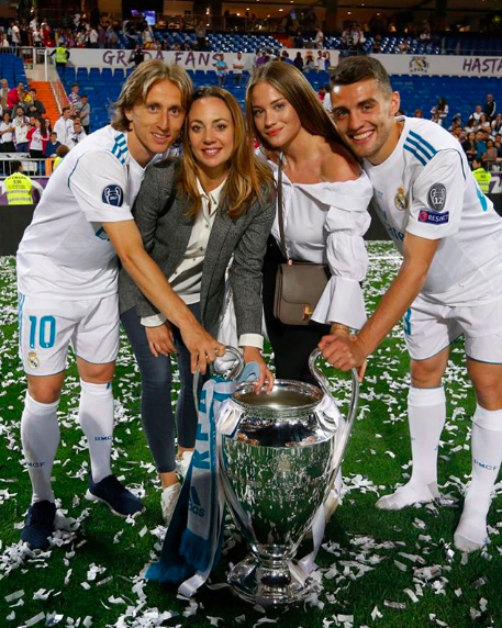 Luka Modric and his wife Vanja with Mateo Kovacic and his wife Izabel  during the celebration of La Decimotercera at Santiago Bernabeu  ) 81eeacf8b8e27