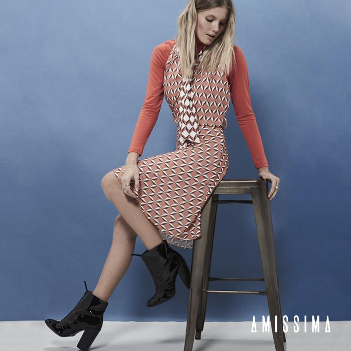 Aposte nas sobreposições!  Combinar diferentes peças de forma inusitada poderá resultar em um outfit único e cheio de estilo. Além disso, as sobreposições criam novas possibilidades para aquelas peças que você já estava enjoada de usar Emoticon wink  Shop Online -- Vestido Crepe Laço Mikonos → http://bit.ly/1Xlrlsp  #Moda #fashion #dress