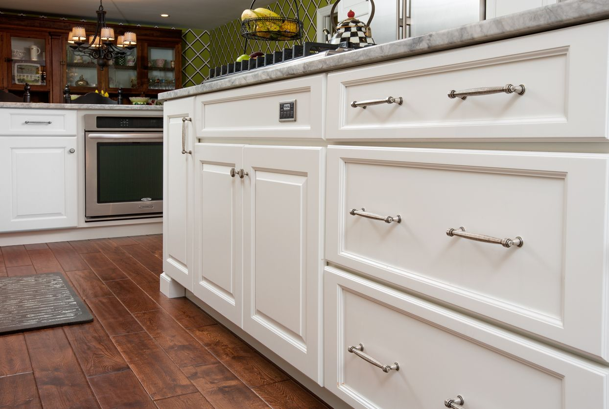 Best We Love The Contrast Of These White Vanity Cabinets 400 x 300