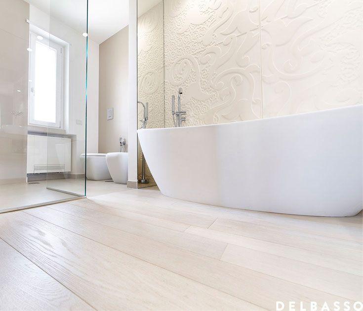 Elegante e raffinato bagno con parquet in quercia francese