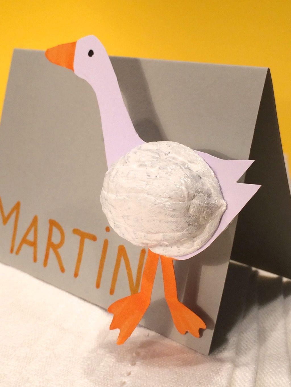 Ausführliche Bastelanleitung, wie man mit Walnuss-Schalen, etwas Farbe und Papier hübsche Tischkarten mit Gänsen für Sankt Martin basteln kann. #sanktmartinbasteln