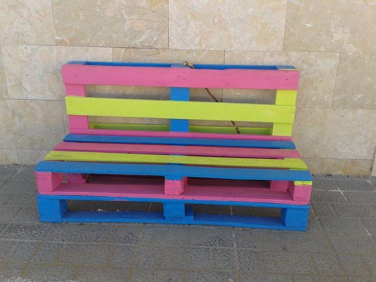 Reciclar palet de madera para construir un banco de colores