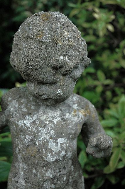 Superieur Any Old Angel Statue Or New Plastic Ones Painted With Chalk Paint U0026  Distressed. Add A Crown Made From Soup/vegetable Can U0026 Bling It Up.