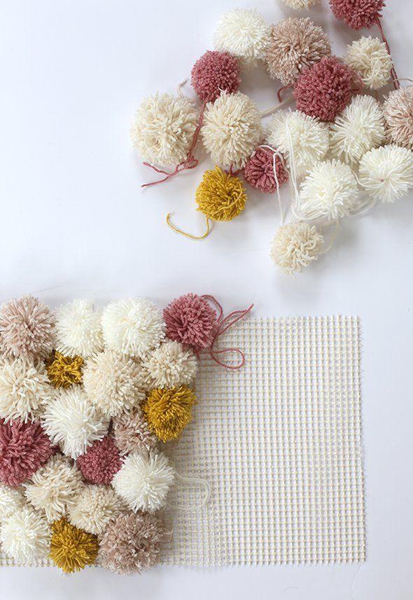 fabriquer un tapis avec des pompons brico pom pom rug. Black Bedroom Furniture Sets. Home Design Ideas